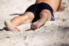 Fot av en pojke som spelar i sanden Royaltyfria Bilder