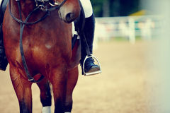 Fot av idrottsman nenen i en stirrup Royaltyfri Foto