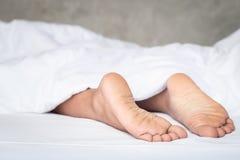 Fot av kvinnor på vit sängkläder i morgontiden fotografering för bildbyråer