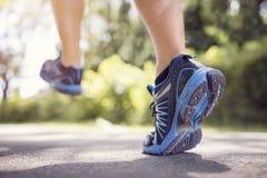 Fot av spring eller att jogga för löpare på en väg i sommar Royaltyfri Foto