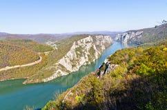 2000 fot av vertikala klippor över Danube River på den Djerdap klyftan och nationalparken Royaltyfria Foton