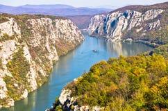 2000 fot av vertikala klippor över Danube River på den Djerdap klyftan och nationalparken Arkivbild