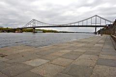 Fot- bro över den Dnieper floden i Kiev Royaltyfri Bild