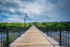 Fot- bro över den Merrimack floden, i Manchester som är ny Arkivfoton