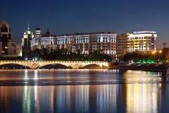 Fot- bro över floden Ishim i aftonen invallning astana kazakhstan arkivbilder
