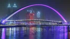 Fot- bro över timelapsen för natt för Dubai vattenkanal, Förenade Arabemiraten stock video