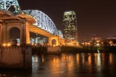 Fot- bro i Nashville på en regnig natt Royaltyfri Fotografi