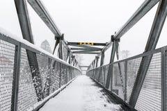 Fot- bro i vinter, med text i norsk betydelse: Maximal höjd 2,1 meter Royaltyfri Foto