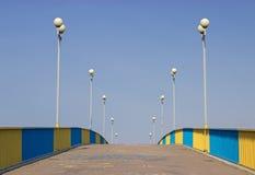 Fot- bro och blå himmel Arkivfoto