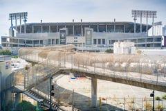 """Fot- bro som förbinder BARTstoppet och det Oakland†""""Alameda County Coliseumkomplexet arkivbilder"""
