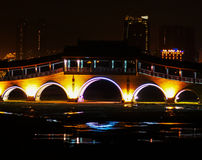 Fot- bro som målas med ljus Arkivbilder