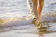 Fot closeup på stranden på den sunbed tyckande om solen på solig sommardag Arkivfoto