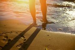 Fot closeup på stranden på den sunbed tyckande om solen på solig sommardag Royaltyfri Fotografi