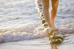 Fot closeup på stranden på den sunbed tyckande om solen på solig sommardag Arkivfoton