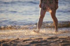 Fot closeup på stranden på den sunbed tyckande om solen på solig sommardag Royaltyfri Foto
