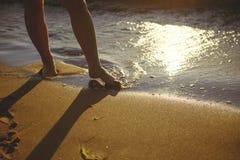 Fot closeup på stranden på den sunbed tyckande om solen på solig sommardag Fotografering för Bildbyråer