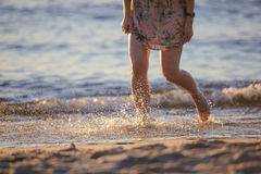 Fot closeup på stranden på den sunbed tyckande om solen på solig sommardag Arkivbild