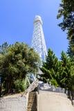 150 fot det sol- tornet överst av Mt Wilson (som byggs i 1910) används i första hand för att anteckna det magnetiskt fältfördelni arkivfoto