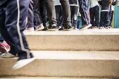 Fot för barn` s över trappan arkivbild
