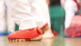 Fot för karatepojke` s, hopp som förbereder sig för en kamp stock video