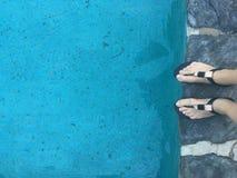 Fot för kvinna` s på simbassängavsatsen Royaltyfria Foton