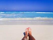 Fot för kvinna` s på stranden Arkivfoto