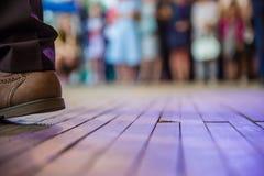 Fot för man` s i skorna och dansgolvet Arkivfoto
