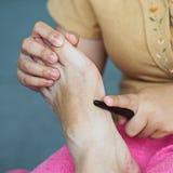 Fot för massageThailand massage med trä Arkivbild