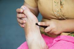 Fot för massageThailand massage med trä Royaltyfri Foto