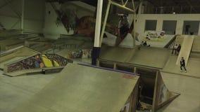 Fot för rullskateboradåkarehastigt grepp i hopp språngbräda Extremt jippo Konkurrens i skatepark activatoren arkivfilmer