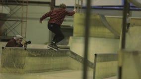 Fot för rullskateboradåkarehastigt grepp i hopp språngbräda Extremt jippo Konkurrens i skatepark activatoren stock video