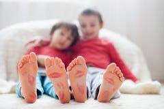 Fot för små ungar som täckas med tryck från kyssar Royaltyfri Bild
