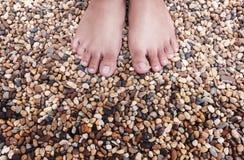 Fot för ung kvinna av anseende på färgrika naturliga stenar Arkivfoto