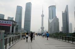 Fot- gångbana i Lujiazui Shanghai Royaltyfri Foto