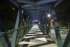 Fot- gångbana som är tom på natten Metallstruktur Arkivfoto