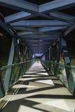 Fot- gångbana som är tom på natten Metallstruktur Fotografering för Bildbyråer