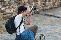 Fot?grafo profesional que toma las fotograf?as durante la reuni?n de Josep Borrell en Caceres imagen de archivo libre de regalías
