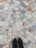 Fot i kängor som ses från över Arkivbild