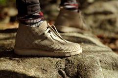 Fot i skor på en skogbana fotvandra Arkivbild