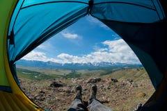 Fot i skorna mot bakgrunden av bergen Arkivbilder