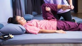 Fot, kalv och thailändsk massage för ben royaltyfri foto