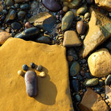 Fot kiselsten, sten, konst, sjösida Arkivbilder