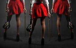 fot kvinnlig En kvinna i en kjol med en fiol Fotografering för Bildbyråer