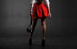fot kvinnlig En kvinna i en röd kjol med en fiol Arkivfoton