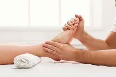 Fot massagecloseup, acupressure Arkivfoton
