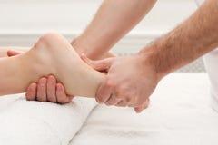 Fot massagecloseup, acupressure Royaltyfri Bild