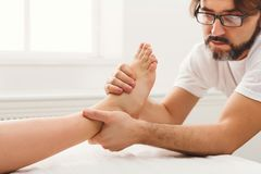 Fot massagecloseup, acupressure Royaltyfria Bilder
