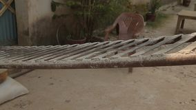 Fot och ben av den fattiga arbetaren Barfota slut upp india stock video