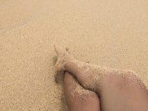Fot och sand i stranden Arkivfoto