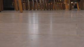 Fot och stolar för folk` s i korridoren stock video